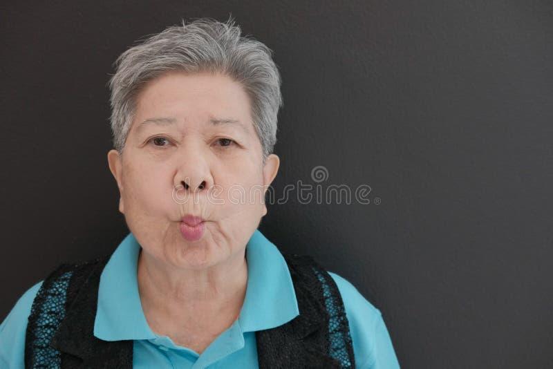 starej azjatykciej starszej starszej osoby kobiety starszy pucker w górę jej warg zdjęcie stock