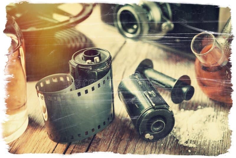 Starej fotografii ekranowe rolki, kaseta, retro kamera i substanci chemicznej reagen, zdjęcie stock