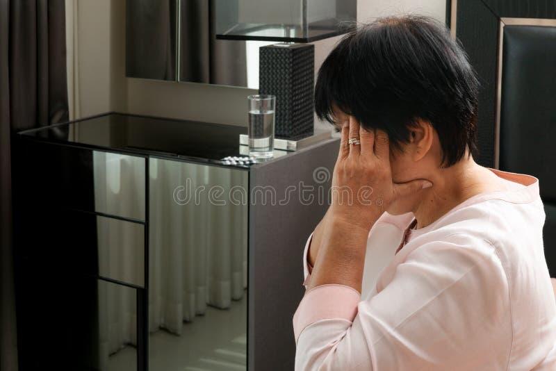 Starej kobiety cierpienie od migreny, stres, migrena, problemu zdrowotnego pojęcie zdjęcie stock
