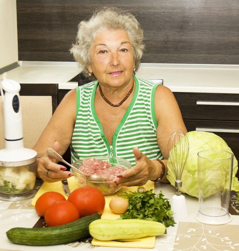 Starej kobiety kucharstwo zdjęcie stock