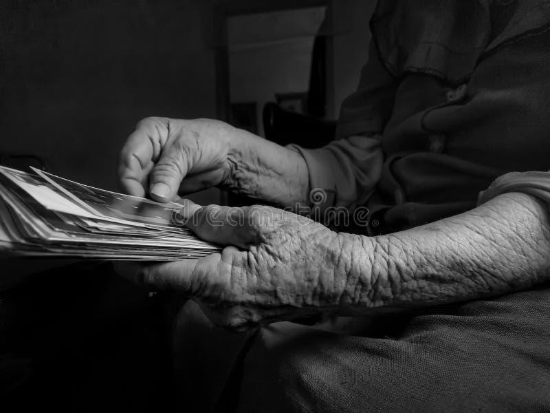 Starej kobiety mienia obrazek w ręce zdjęcia stock