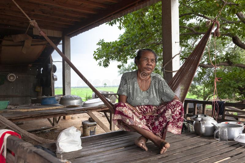 Starej kobiety obsiadanie na hamaku zdjęcie stock