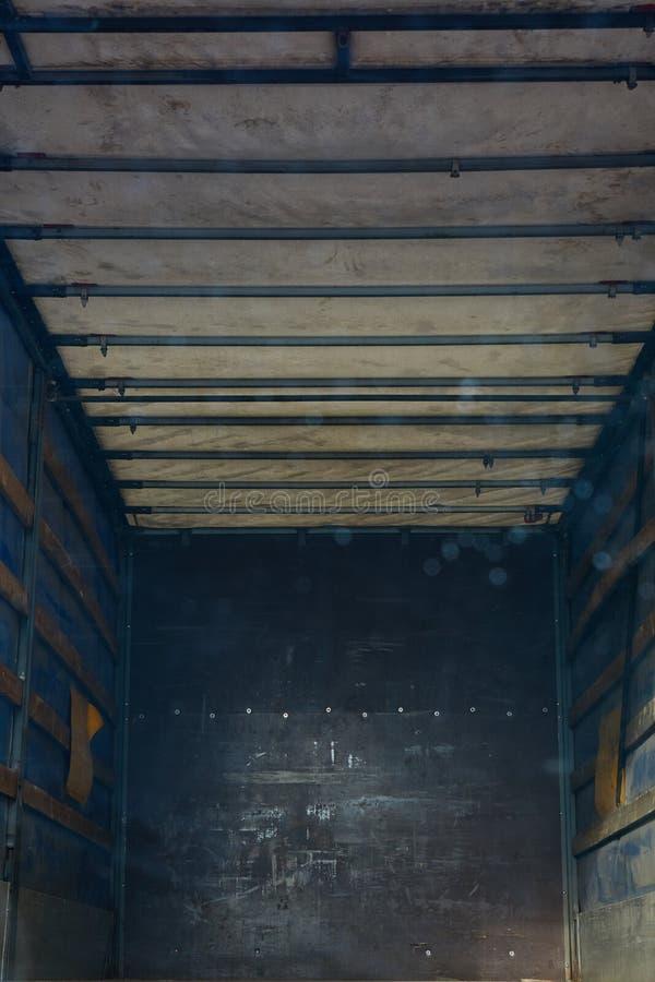 Starej metal ciężarówki błękitny i popielaty wewnętrzny ściany tło zdjęcia stock