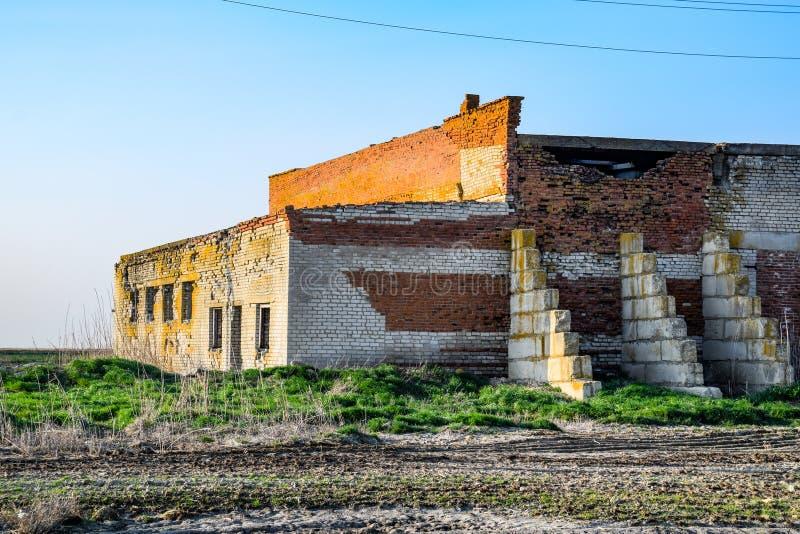 Starej sowieckiej cegły zaniechany budynek Załamywać się ceglaną budowę zdjęcia royalty free