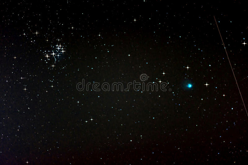 Starfield avec la comète Lovejoy, étoile filante et le Pleiades photo stock