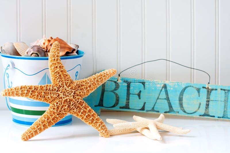 Starfish e sinal de madeira da praia imagem de stock