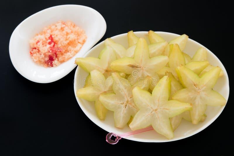 Starfruit cortado en el plato imagen de archivo