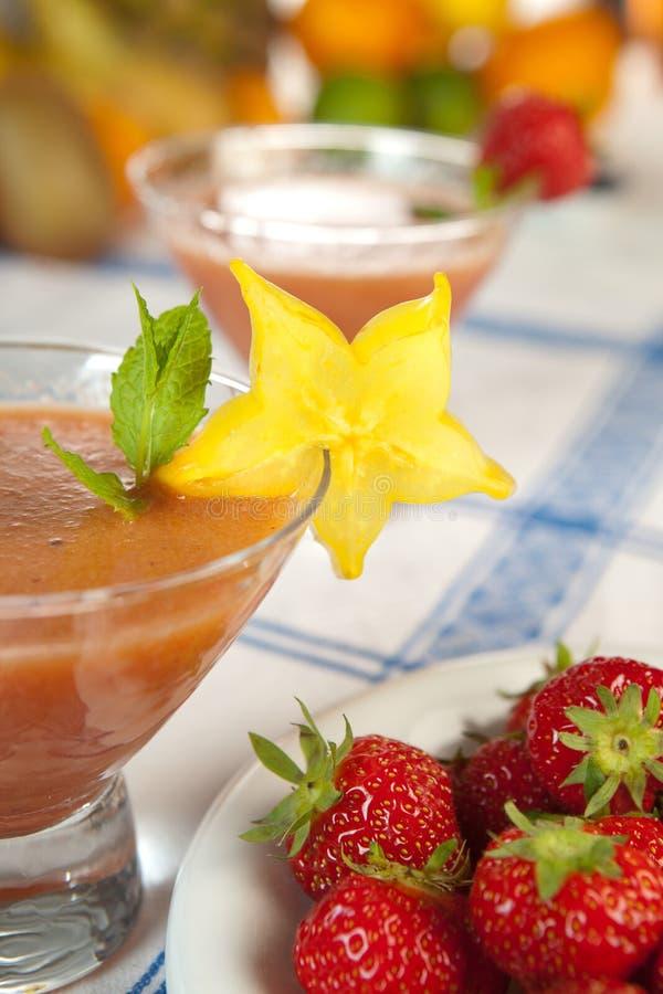 Starfruit em um smoothie foto de stock