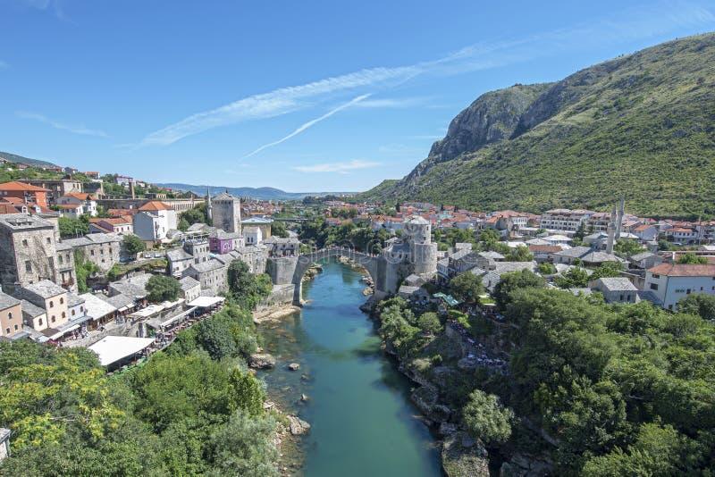 Stari är mest en byggd om för århundradeottoman för th 16 bro i staden av Mostar i Bosnien och Hercegovina som originalet stod fö royaltyfri foto