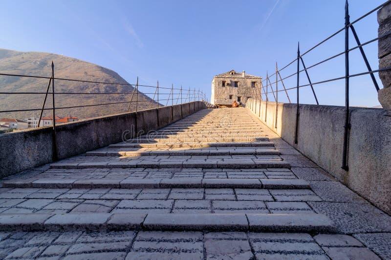 Stari de Meeste Oude die Brug op de stad van het bruglandschap van Mostar in Bosnië - Herzegovina opnieuw op wordt gebouwd royalty-vrije stock foto's