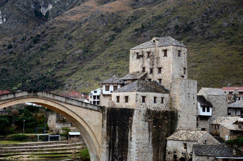 Stari a maioria de fortificação Mostar Bósnia - Herzegovina da ponte e da terraplenagem do otomano fotos de stock royalty free