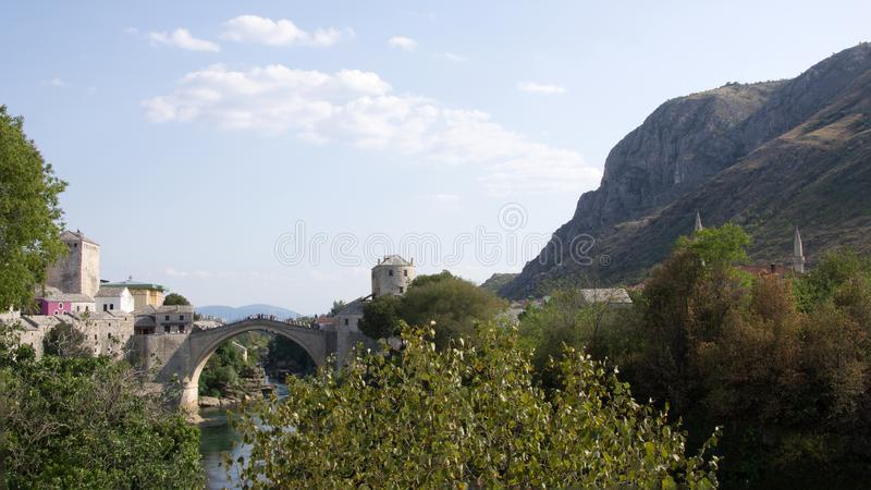 Stari mest av Mostar på den Neretva floden i Bosnien och Hercegovina royaltyfri bild
