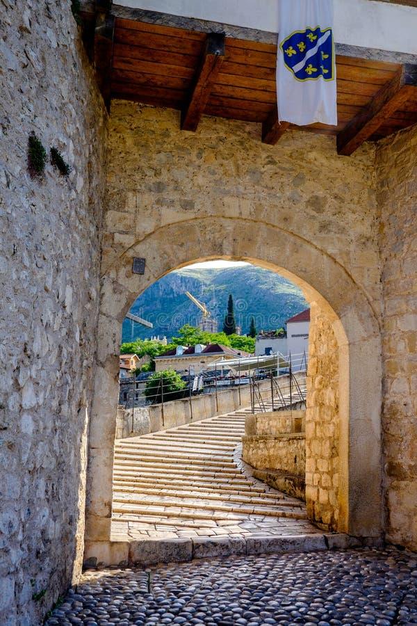 Stari mest brovalvgångingång, Mostar, Bosnien och Hercegovina arkivbild