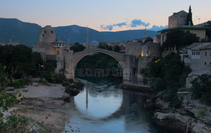 Stari mest gammal bro i Mostar tidigt på morgonen royaltyfria foton