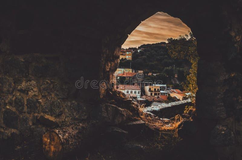 STARI-STANGE, MONTENEGRO - September 2016: Die alte Stadtansicht von den alten Ruinen der Festung Fensterkonzept, Sonnenuntergang stockfotos