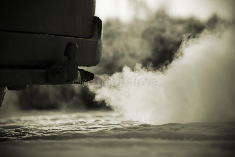 Stark avgasrörrök som bakifrån kommer bilen arkivfoto