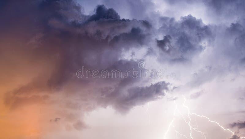 Stark blixt mot stormig himmel arkivfoto
