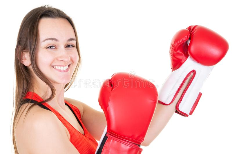 Stark boxare för ung kvinna i den isolerade whitenbackgroundväggen som bär röda boxas handskar royaltyfria foton