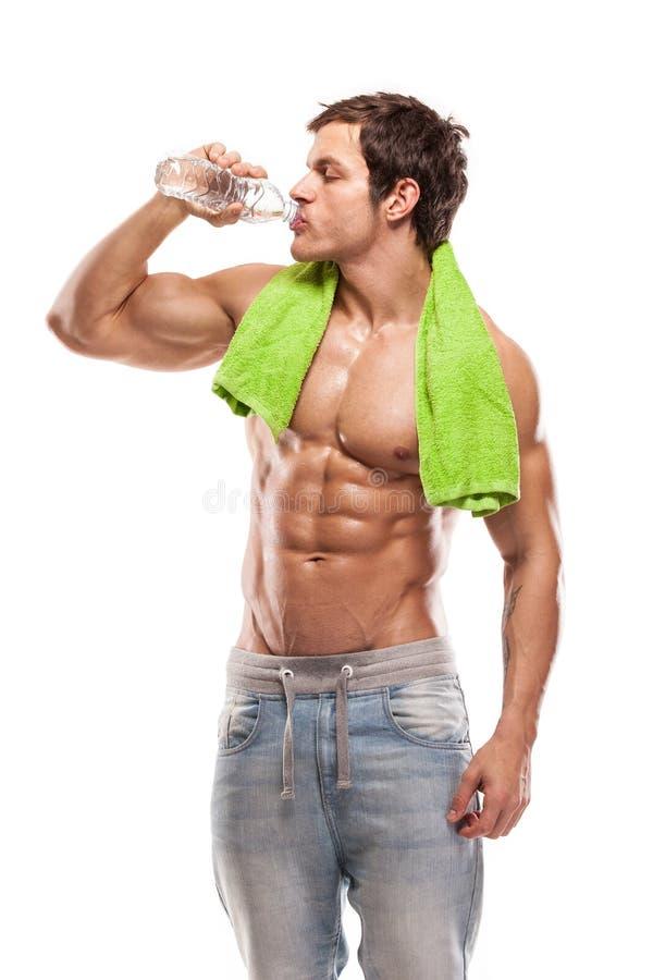 Stark idrotts- mankonditionmodell som dricker sötvatten royaltyfri foto