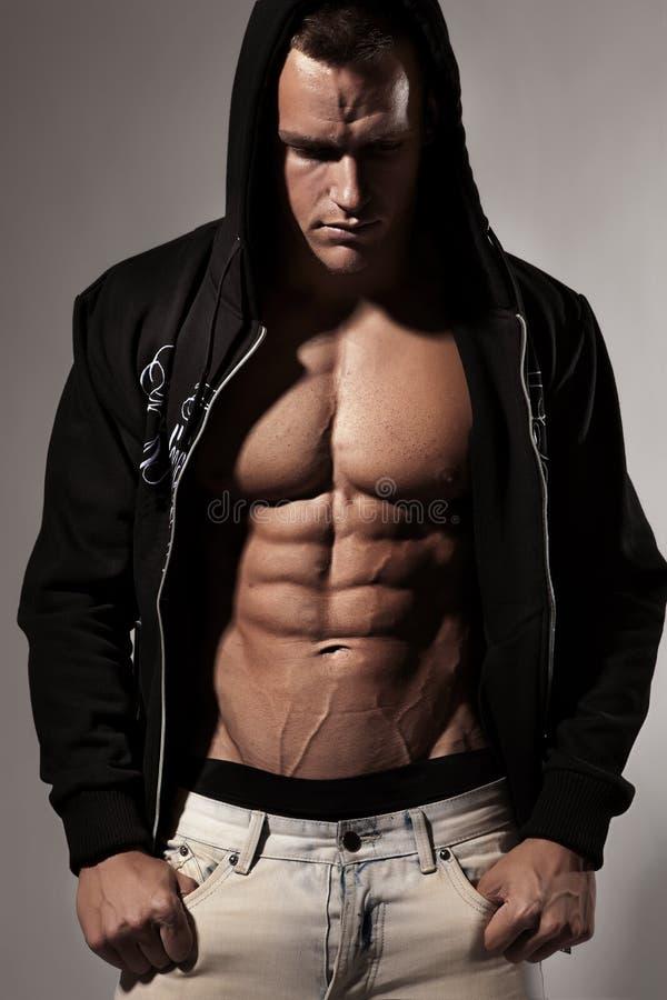 Stark idrotts- mankonditionmodell Torso som visar sex packeabs fotografering för bildbyråer