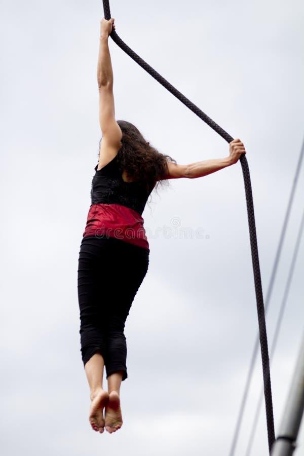 Stark kvinnlig akrobat royaltyfria bilder