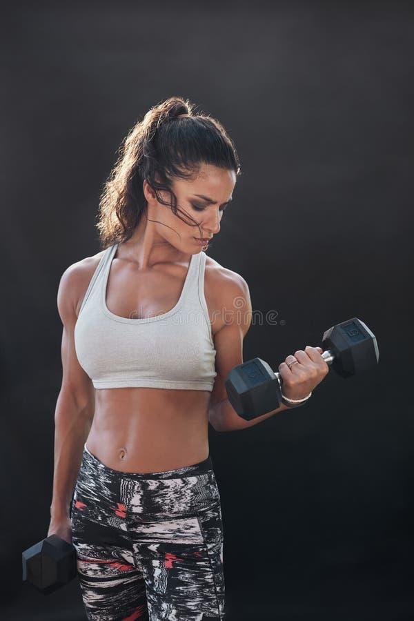 Stark och muskulös kvinnlig görande bodybuildinggenomkörare arkivfoton