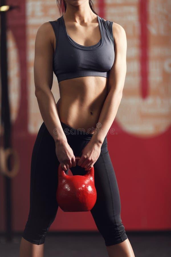 Stark och muskulös ung kvinna arkivbild