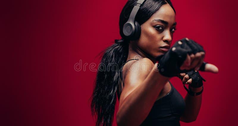 Stark praktiserande boxning för ung kvinna arkivbilder