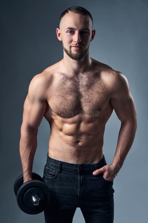 Stark shirtless sportman med isolerade hantlar arkivfoton