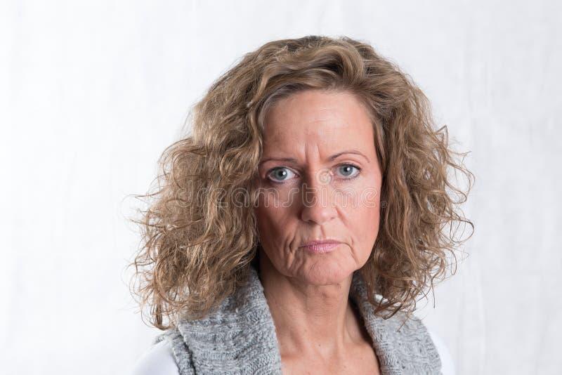 Stark stående, ilsken kvinna arkivbilder