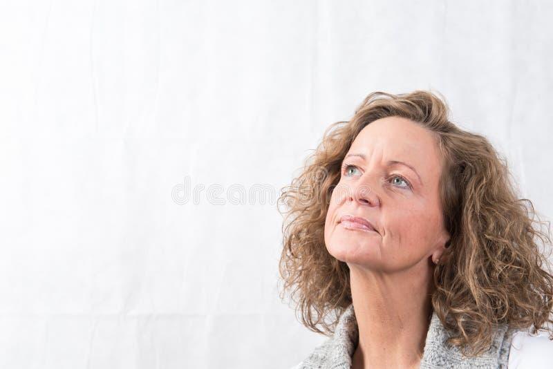 Stark stående och att le kvinnan som över ser royaltyfri foto