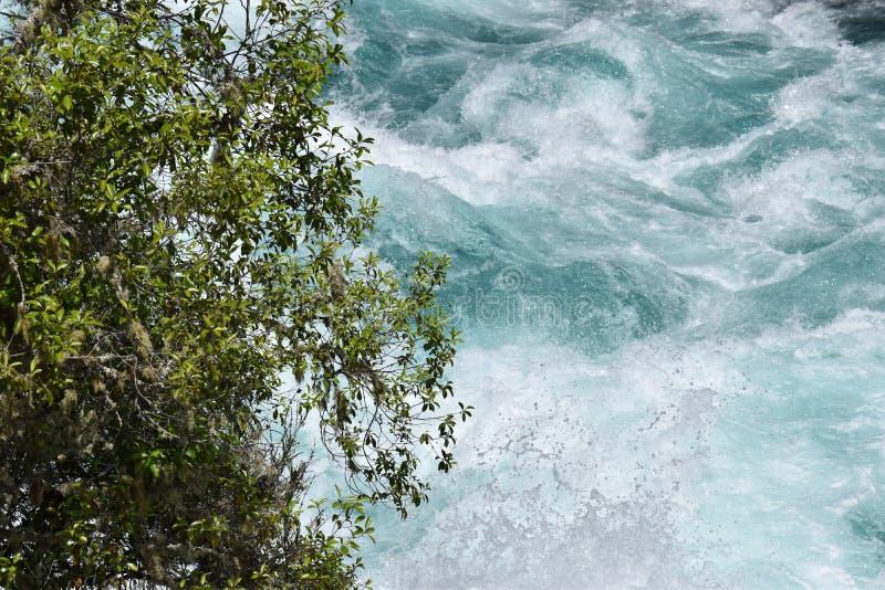 Stark ström av en blå flod arkivbilder