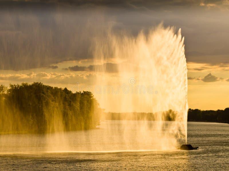 Stark wind på en lake royaltyfri bild