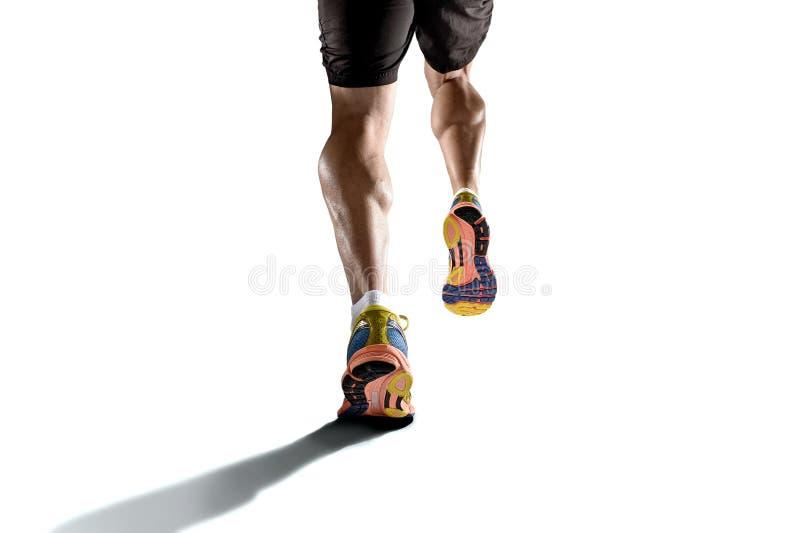 Starka idrotts- ben med den rev sönder kalvmuskeln av ung sportmanspring som isoleras på vit bakgrund royaltyfri bild