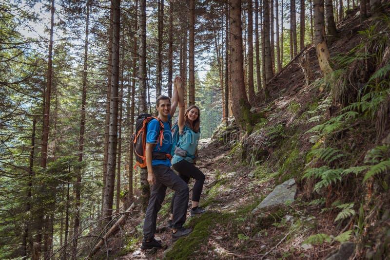 Starka par som fotvandrar i bergen royaltyfria foton