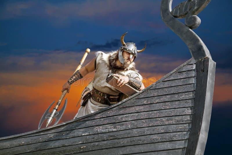Starka Viking på hans skepp royaltyfria bilder
