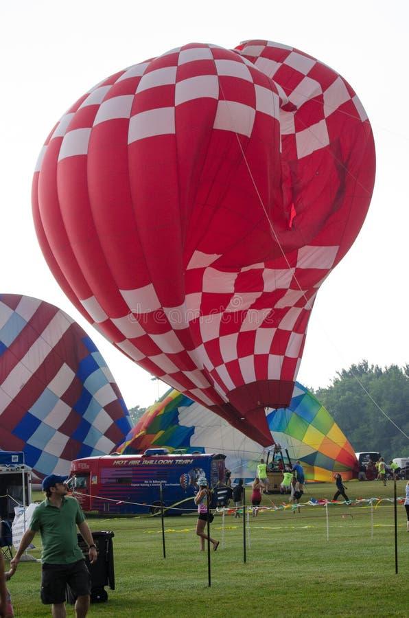 Starka vindar och en katastrof för ballong för varm luft arkivbild