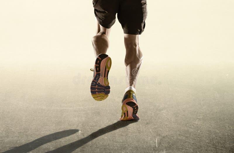 Starke Beine und Laufschuhe des Sports bemannen das Rütteln im gesunden Ausdauerkonzept der Eignung in der Werbungsart lizenzfreies stockbild