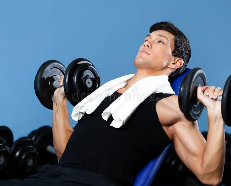 Starke Bodybuilderübungen mit Gewichten lizenzfreies stockfoto