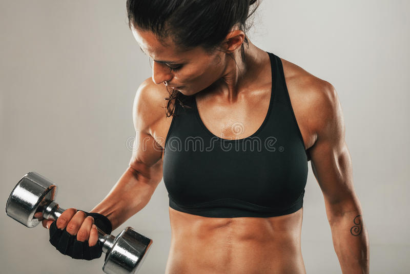 Starke gesunde junge Frauen, die Gewichte anheben stockfotografie