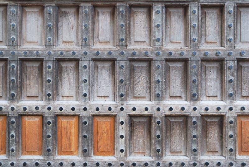 Starke Holztürbeschaffenheit mit großen Nägeln stockfotos