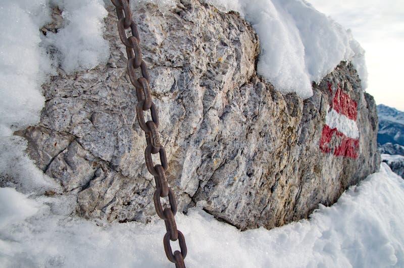 Starke Kette auf Felsen stockfotos
