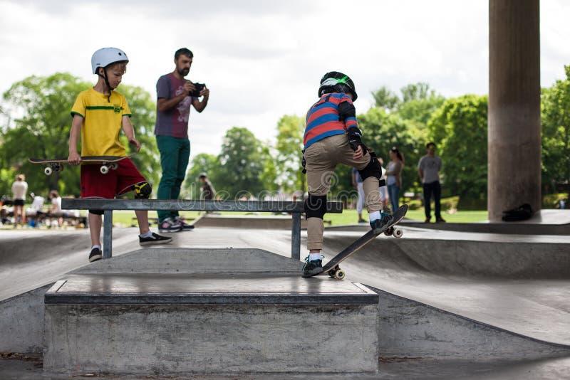 starke lustige junge kerle werden in einem rochenpark