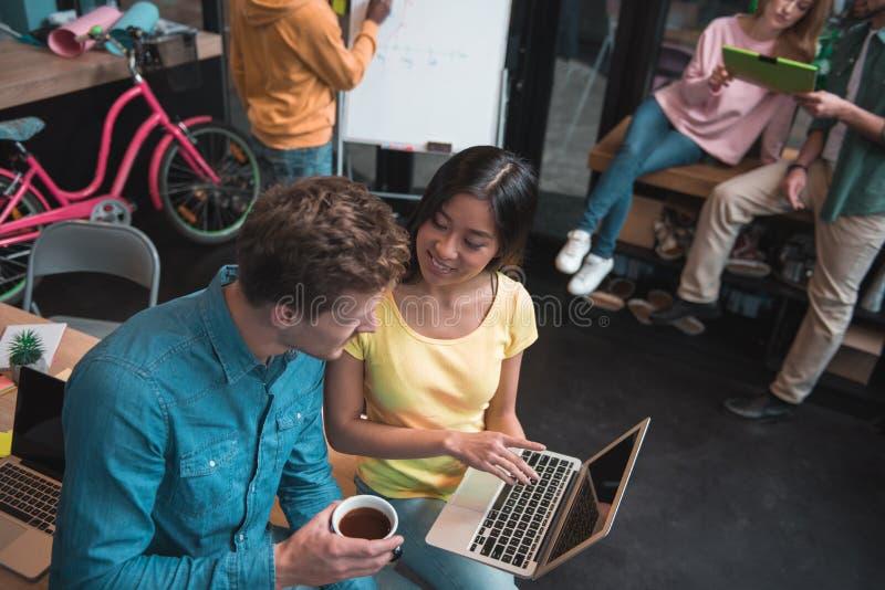 Starke Mitglieder des Teams arbeiten im modernen Büro lizenzfreie stockfotografie