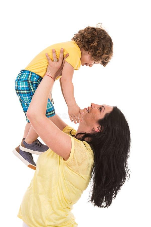 Starke Mutter ziehen oben ihren Sohn auf
