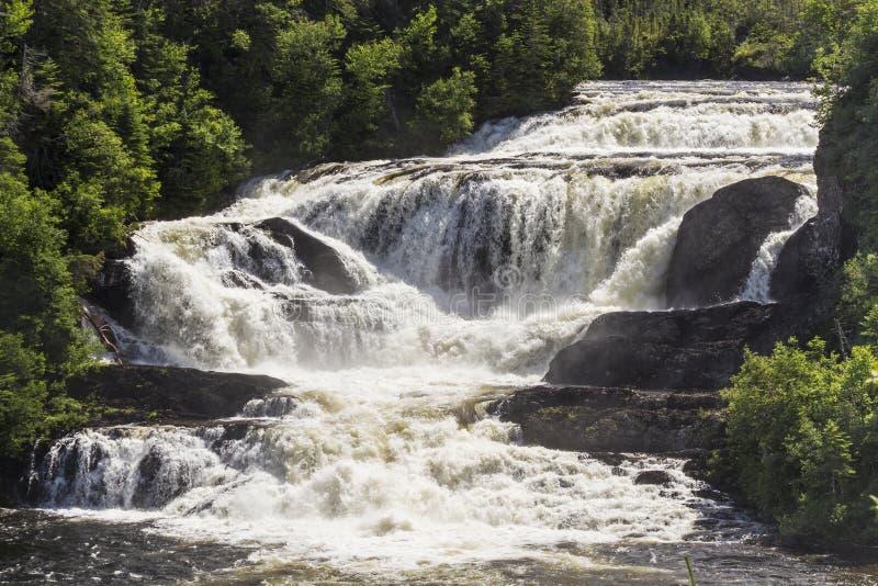 Starke Neufundland-Wasserfälle lizenzfreie stockbilder