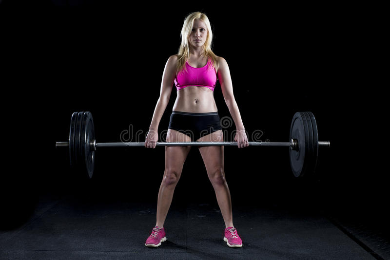 Starke sexy Frau deadlifts viel Gewicht stockbild
