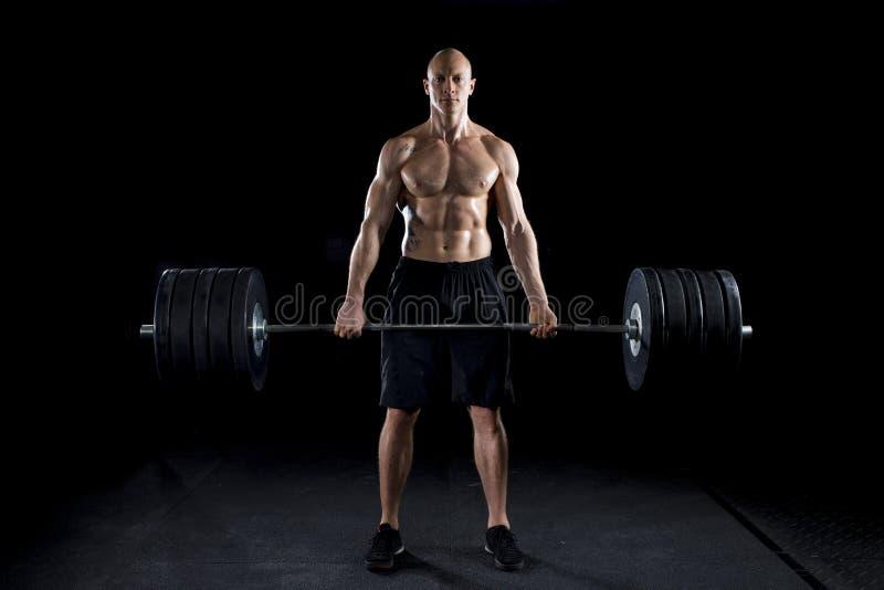 Starke sexy Mann deadlifts viel Gewicht
