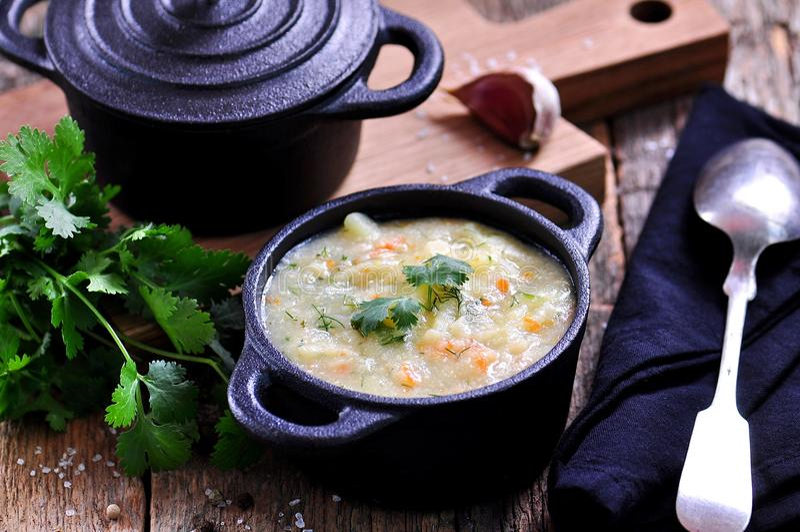 Starke Suppe von Maiskörnern mit Kartoffeln, Karotten, Knoblauch, Dill und Koriander lizenzfreies stockbild