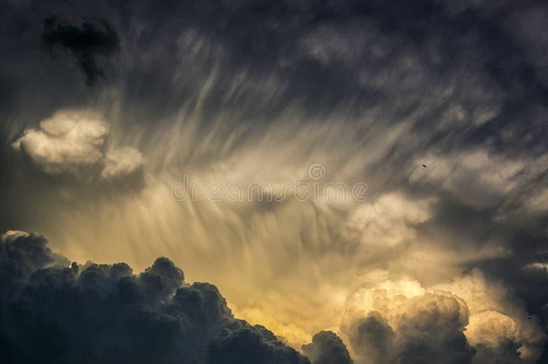 Starke und schwarze Sturmwolken stockfotos